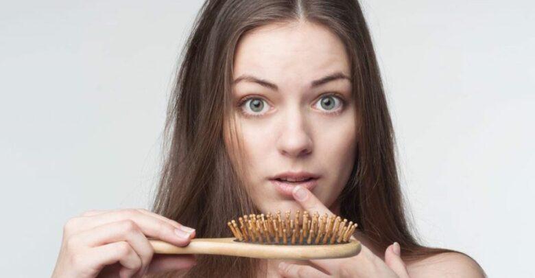 أسباب تساقط الشعر وطرق علاج تساقط الشعر في المنزل